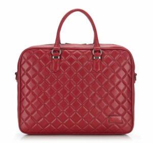 czerwona pikowana torba na laptopa