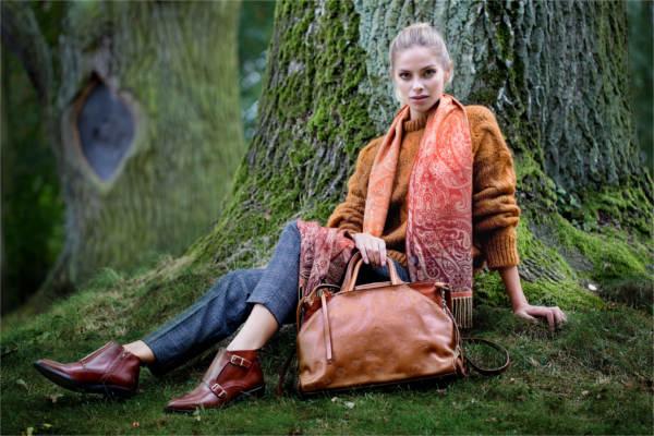Camelowe płaszcze i brązowe botki, czyli klasyka zawsze w modzie