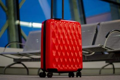 Uszkodzona walizka na lotnisku – jakie kroki podjąć?