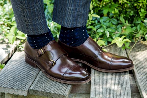 Jakie buty dobrać do granatowego garnituru?