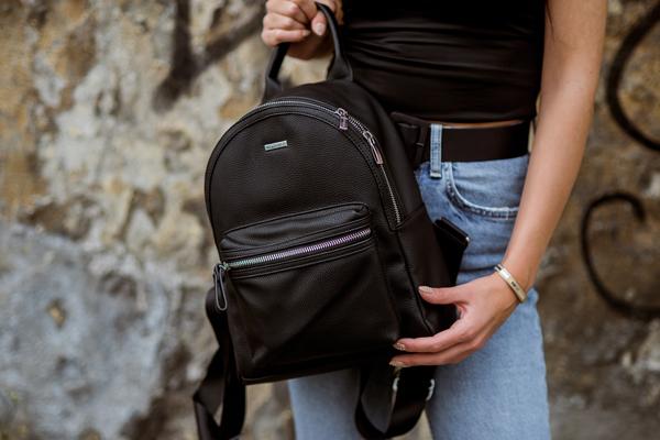 Skórzany plecak zamiast torebki – jak go nosić?
