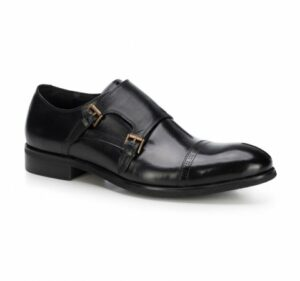 czarne buty typu monk