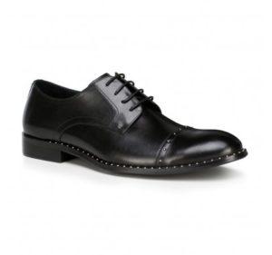buty do czarnego garnituru: czarne derby z ćwiekami