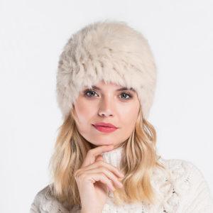 biała czapka z futra