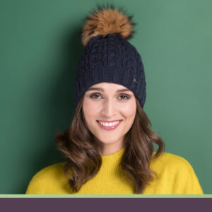 granatowa czapka damska
