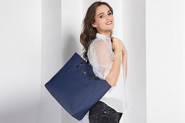 Shopperka w kolorze Classic Blue. Bądź modna tej wiosny!