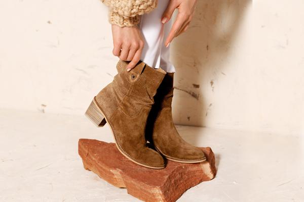 Stylizacje z brązowymi botkami