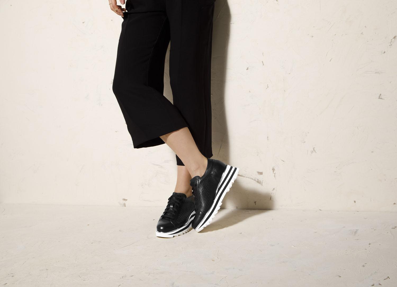 Sneakersy z szerokimi spodniami