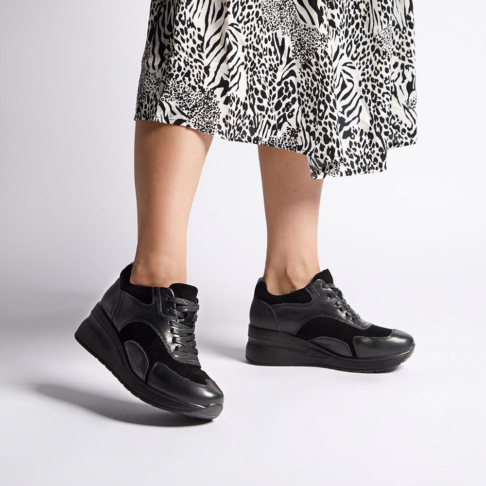 Z czym nosić sneakersy? Z sukienką!