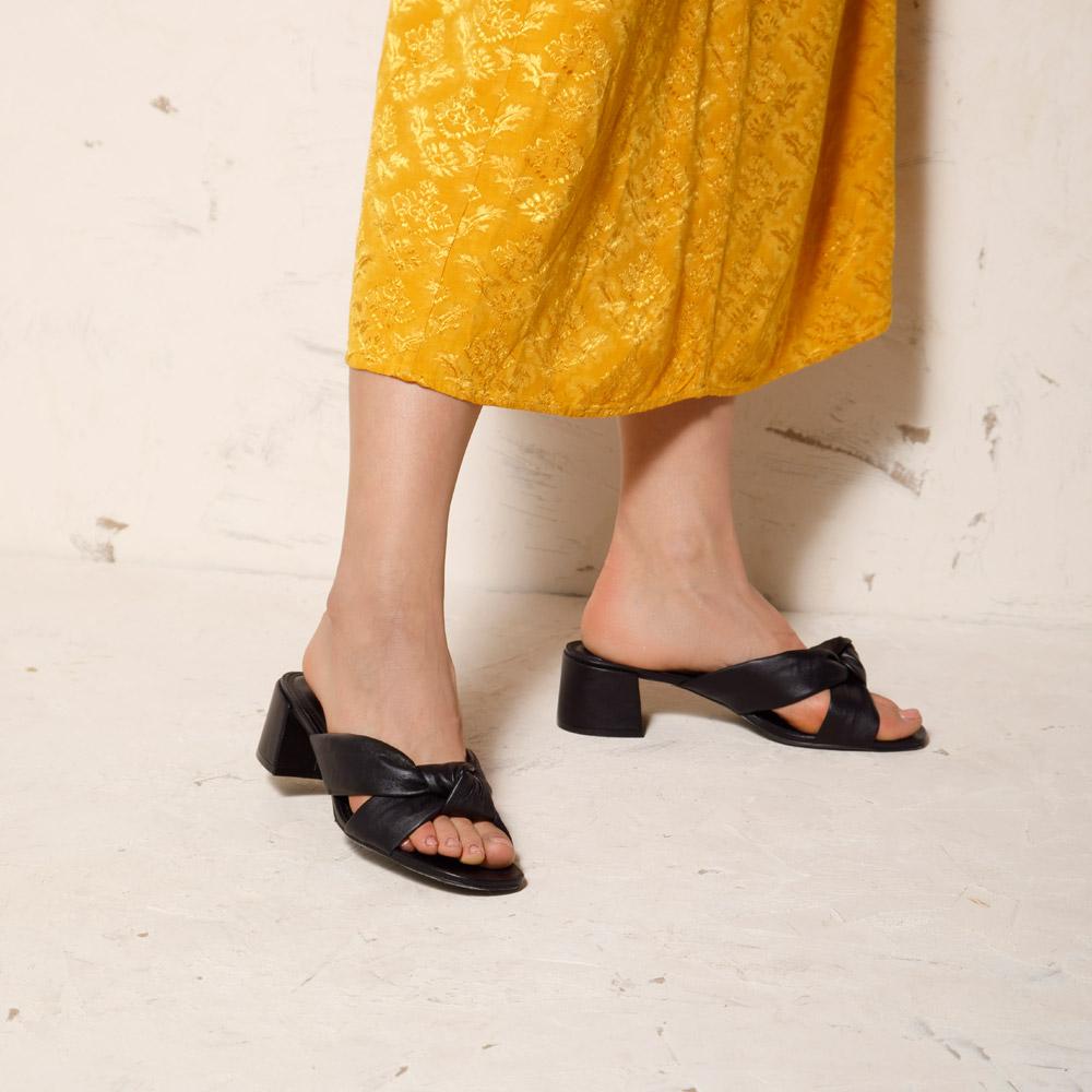 Alternatywa dla sandałów na lato 2021: skórzane klapki na słupku