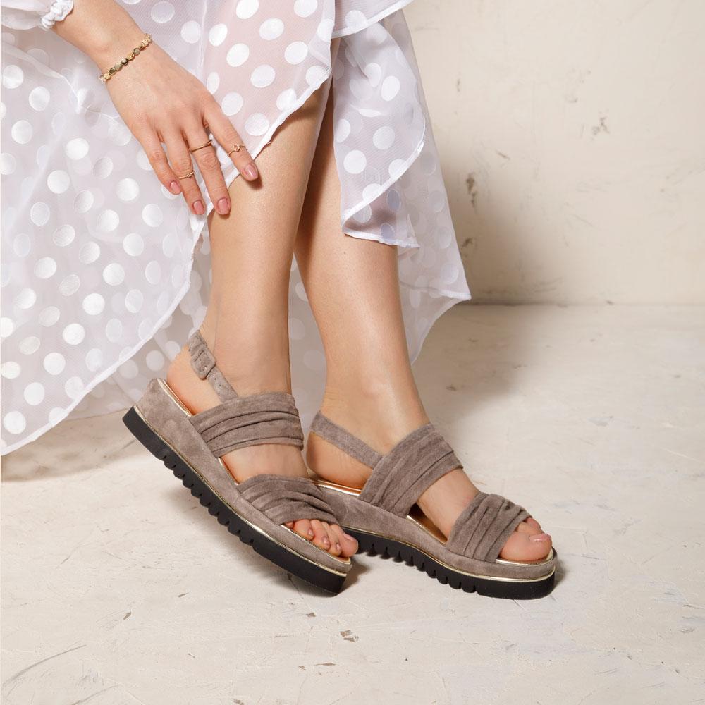Sandały z marszczonego zamszu